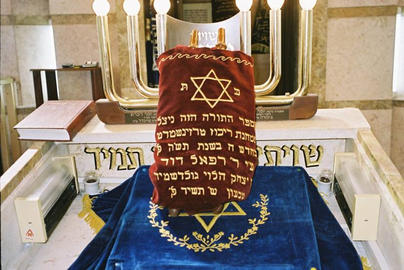 PikiWiki_Israel_4204_Sefer_Torah_from_Theresienstadt_concentration_camp